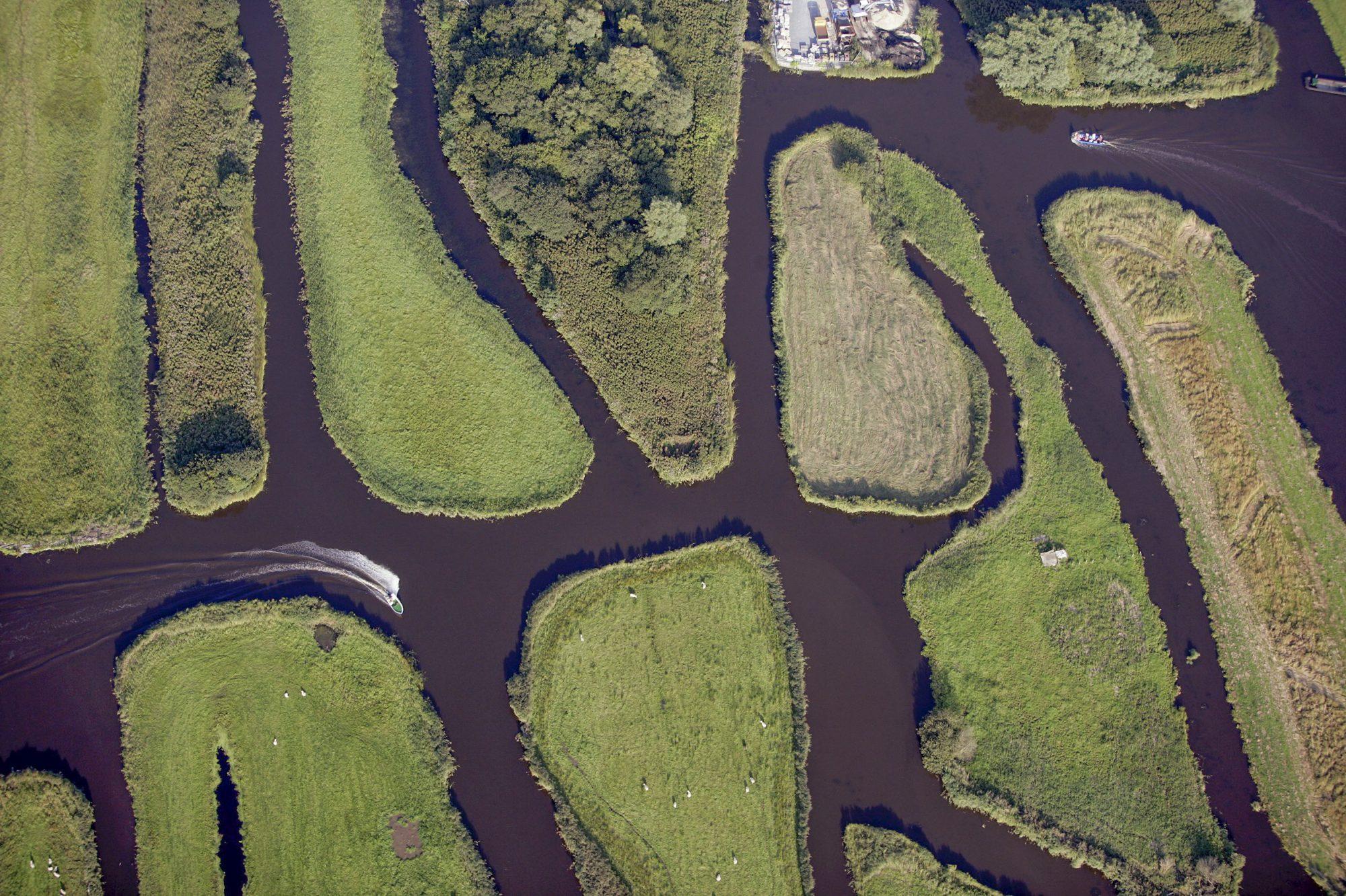 Recreatie bootjes in het waterrijk gebied in de Polder Oostzaan bij het dorpje Noordeinde ten oosten van Zaandam. foto Peter Elenbaas/HH 30 augustus 2005.