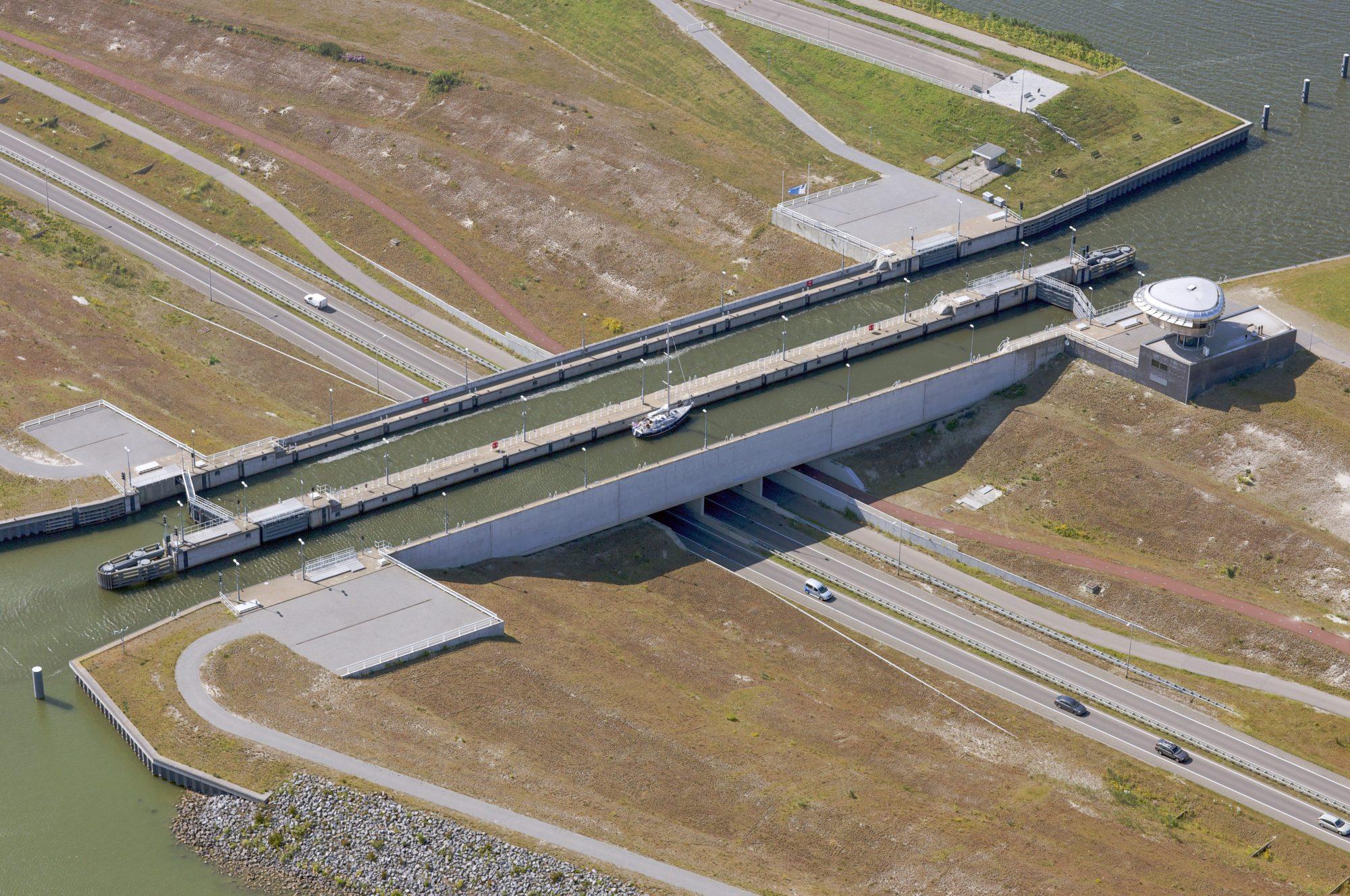 Enkhuizen, 24-06-2009 Aquaduct over de Markerwaarddijk.