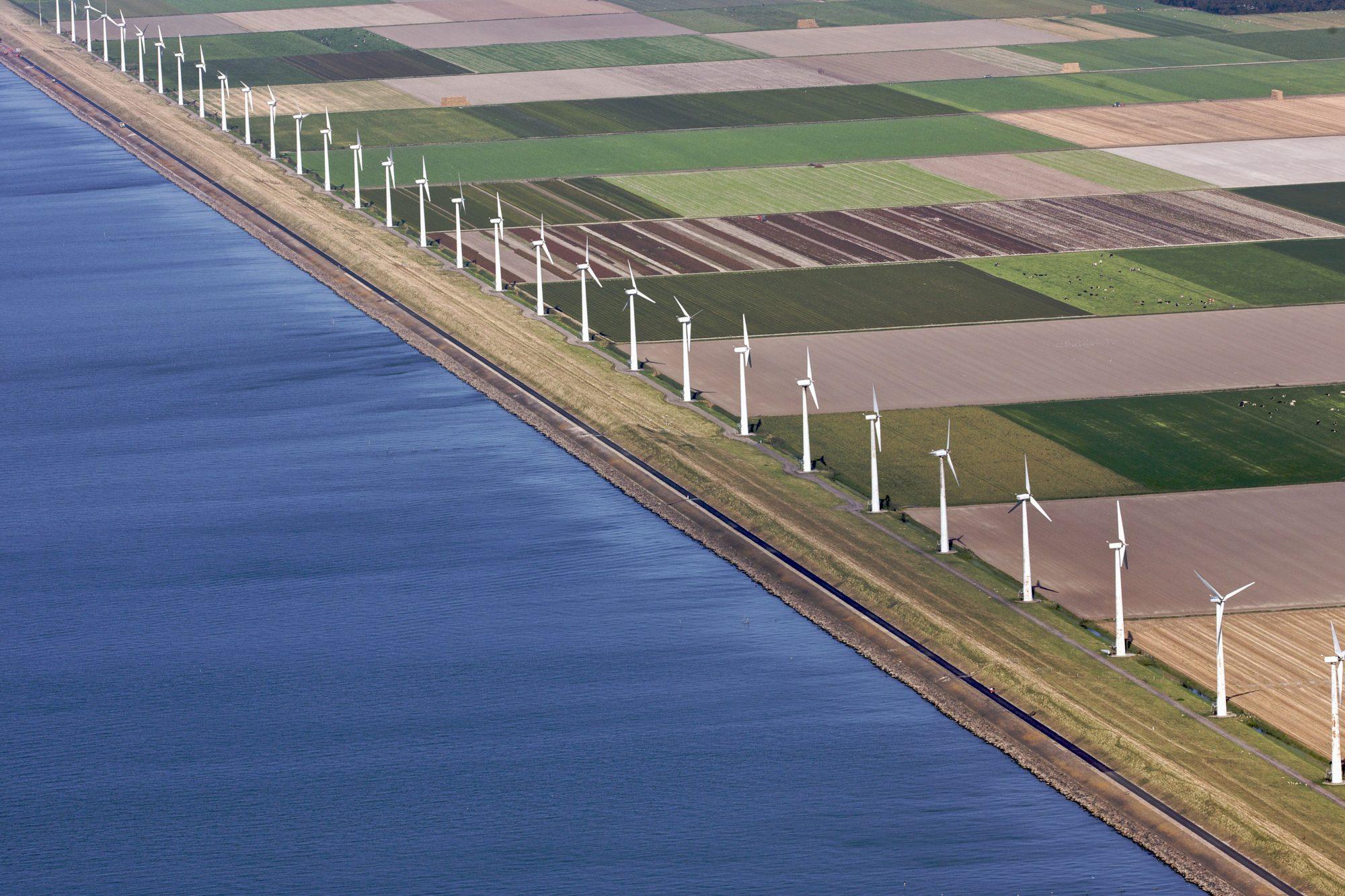 Urk, 19-09-2009. Windmolens langs het IJsselmeer ten noorden van Urk.
